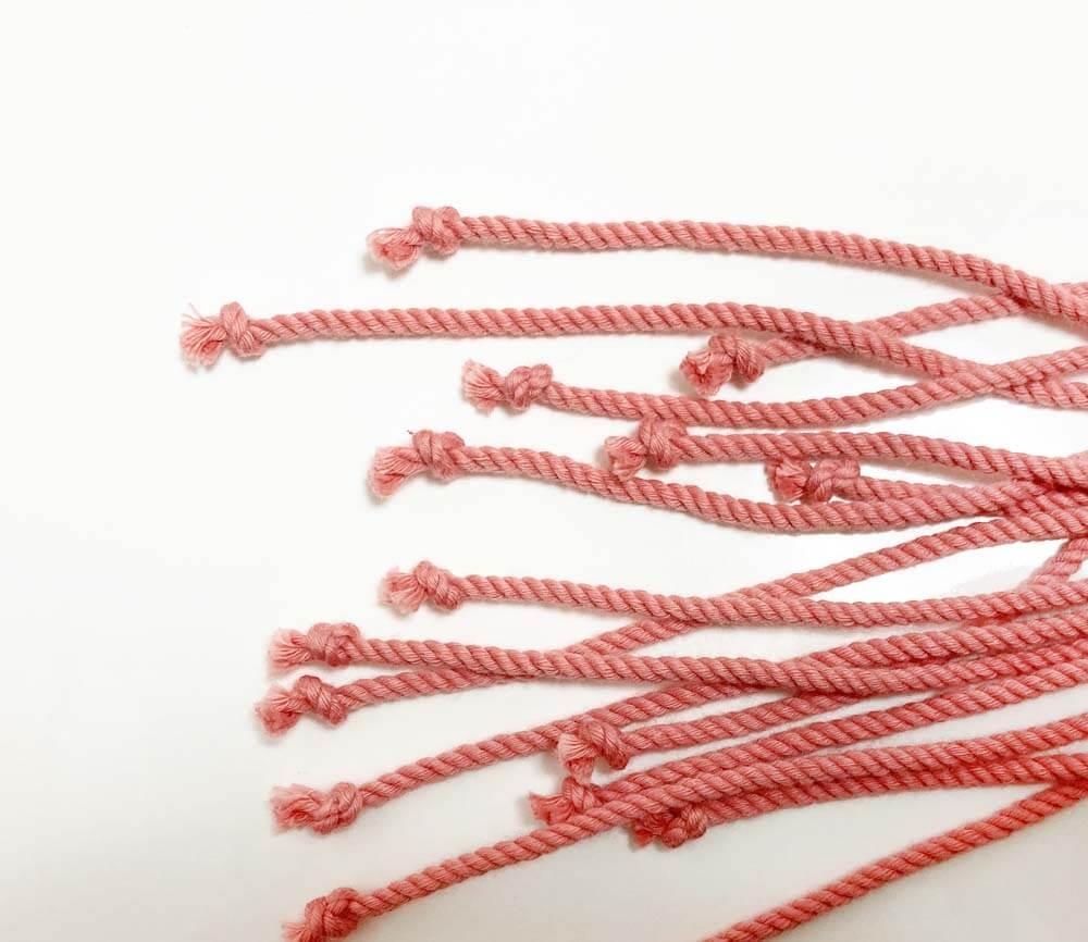 ひと結びしたピンクの糸