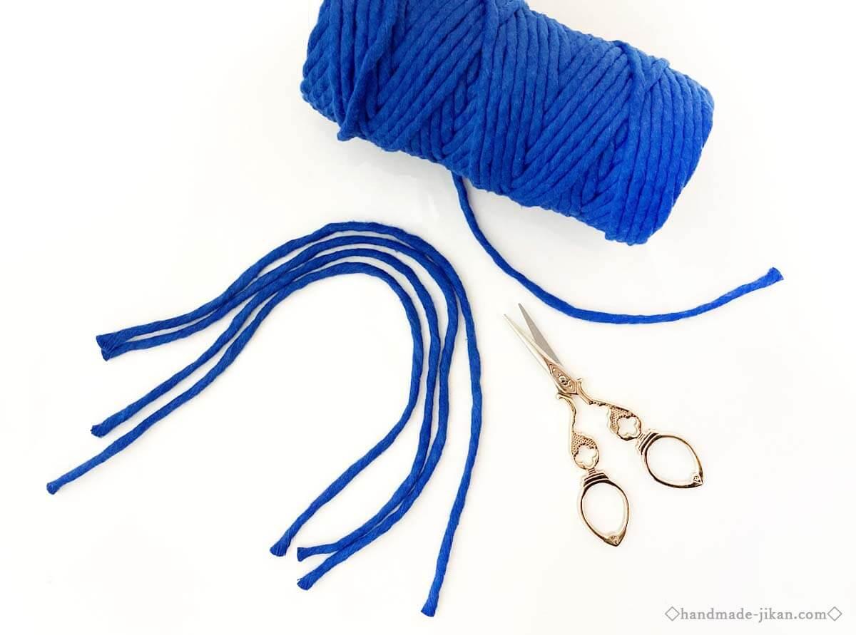 青い糸とゴールドのハサミ
